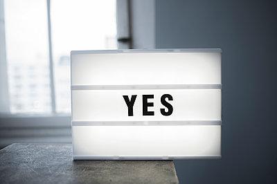 Leuchtkasten, Zustimmung, Yes, - p1190m1515643 von Sarah Eick