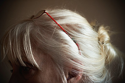 Woman with white hair and red glasses - p1418m2013786 by Jan Håkan Dahlström