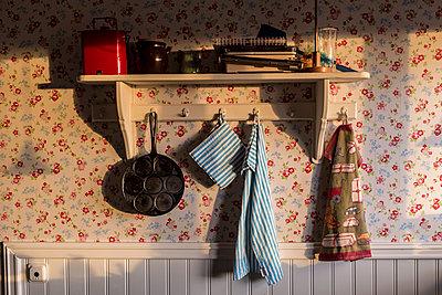 Regal mit Haken in der Küche - p393m1115419 von Manuel Krug