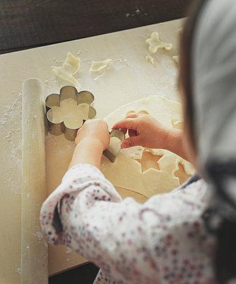 Little girl baking - p500m668571 by Yumiko Kinoshita