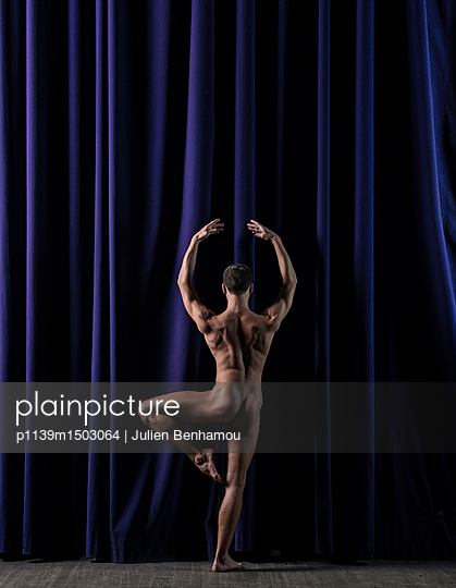 Rear view of naked male dancer - p1139m1503064 by Julien Benhamou