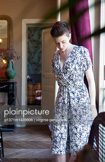Young woman in the flat - p1371m1439906 by virginie perocheau