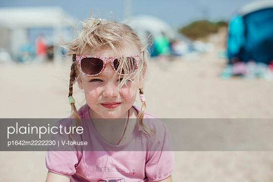Portrait of girl on the beach with sunglasses - p1642m2222230 by V-fokuse