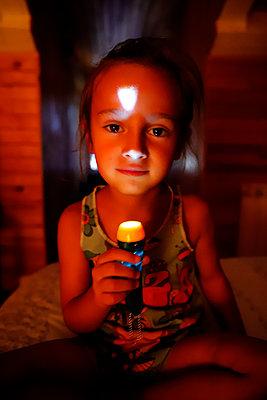 Little girl with flashlight, portrait - p1105m2200660 by Virginie Plauchut