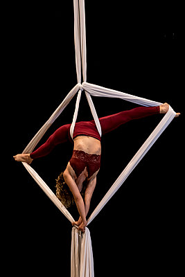 Aerial dancing beauty - p1166m2135984 by Cavan Images