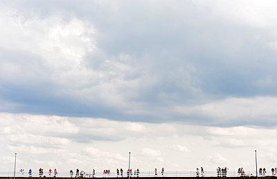 Menschen am Pier an der Nordsee - p177m1465967 von Kirsten Nijhof