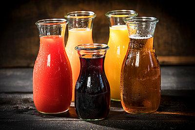 Glass bottles of various fruit juices - p300m2023794 von Roman Märzinger