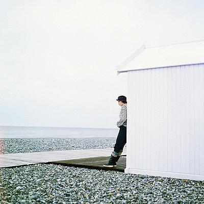 Woman leaning against beach cabana - p6750266 by Patrick Mac Sean