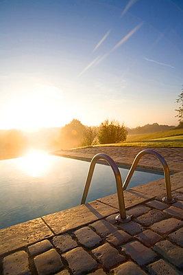 Dunst über dem Swimming pool - p8310064 von James Wadey