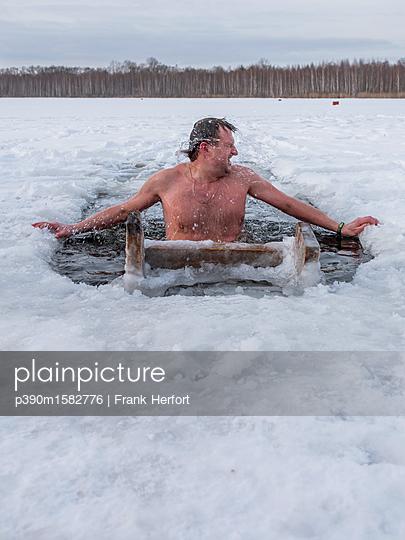 Russe beim Eisbaden in Moskau - p390m1582776 von Frank Herfort