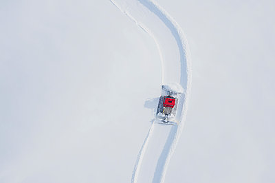Austria, Tyrol, Galtuer, view to ski slope and snow groomer in winter, aerial view - p300m2103513 by Michael Malorny