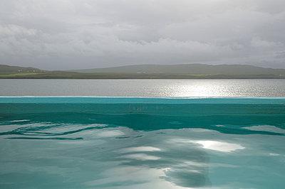 Heißer Pool am Fjord - p470m1004939 von Ingrid Michel