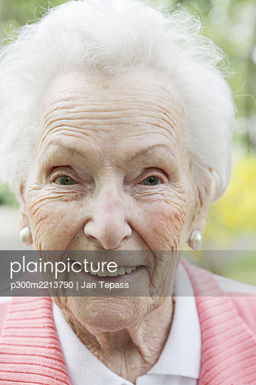 Germany, North Rhine Westphalia, Cologne, Portrait of senior woman, smiling, close up - p300m2213790 by Jan Tepass