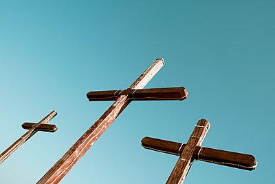 Three wooden crosses against the sky - p1423m2133745 von JUAN MOYANO