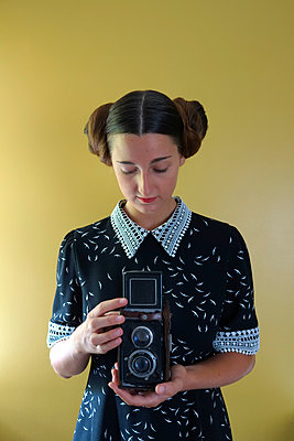 Young woman with old camera - p1521m2108376 by Charlotte Zobel