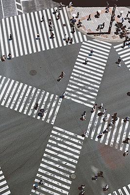 Kreuzung in Tokio aus der Luft - p432m2108552 von mia takahara
