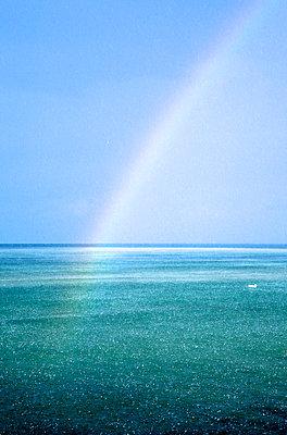 Starkregen auf See mit Regenbogen - p606m1481812 von Iris Friedrich