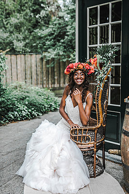 Black ethnicity bride, portrait - p680m2176395 by Stella Mai