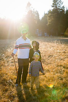 Father and two children in Yosemite National Park - p756m1496091 by Bénédicte Lassalle