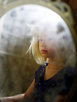 Mirror image of blonde girl - p945m1468190 by aurelia frey