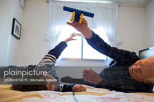Flugzeug spielen - p535m972675 von Michelle Gibson