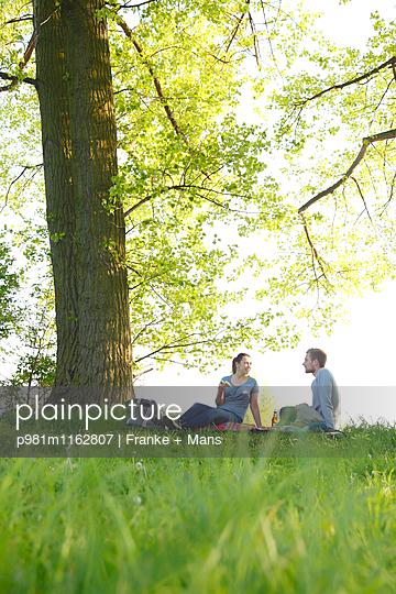 Frühling im Park - p981m1162807 von Franke + Mans
