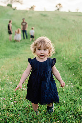 A little girl running through a meadow. - p1166m2163042 by Cavan Images