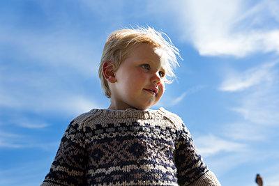 Kind im Wollpulli - p1386m1488597 von Lindqvist