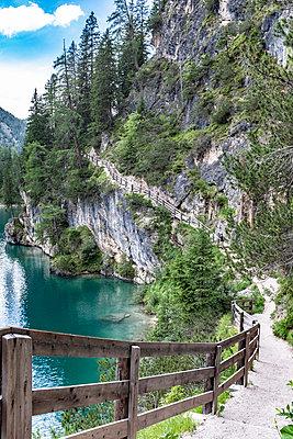 Wanderweg am Bergsee - p713m2116698 von Florian Kresse