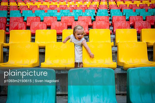 Kleines Mädchen auf einer Tribüne, Friedrich-Ludwig-Jahn-Sportpark - p1093m2193615 von Sven Hagolani