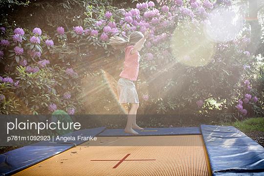 Hüpfen im Sonnenlicht - p781m1092923 von Angela Franke
