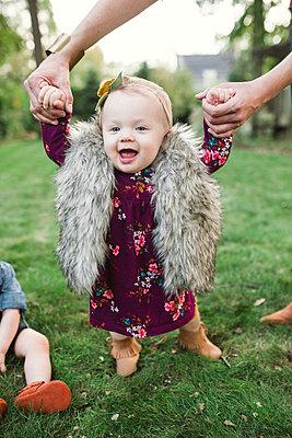 Kleines Mädchen lernt laufen - p1361m1503796 von Suzanne Gipson