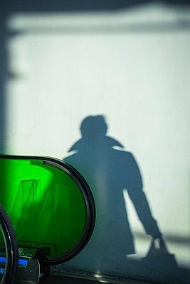 Schatten eines Mannes mit Tasche - p1418m1572003 von Jan Håkan Dahlström