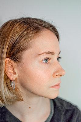 Young blonde woman, portrait - p552m2165700 by Leander Hopf
