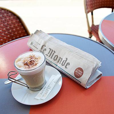 Milchkaffee und Zeitung - p606m1208132 von Iris Friedrich