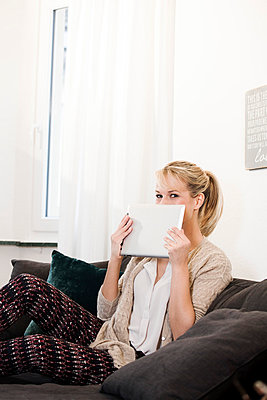Blonde Frau - p904m791951 von Stefanie Päffgen