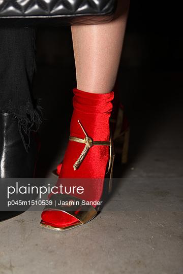 Goldene High Heels mit roten Socken - p045m1510539 von Jasmin Sander