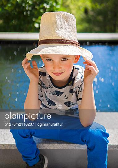 Boy wearing hat - p1275m2116287 by cgimanufaktur