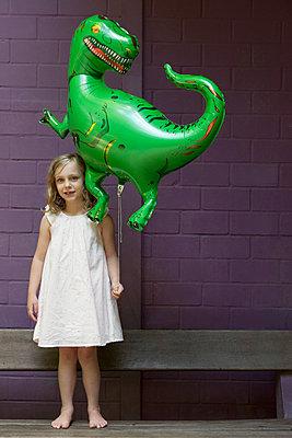 Glücklich mit Tyrannosaurus-Ballon - p045m1181839 von Jasmin Sander