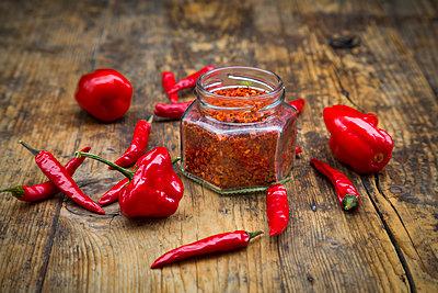 Red chilis and chili powder - p300m1563123 by Larissa Veronesi