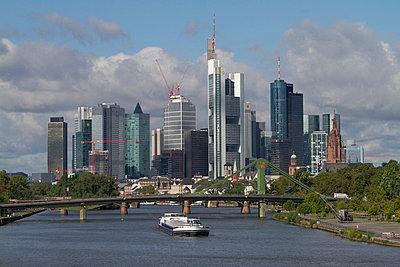 Skyline von Frankfurt am Main - p417m852683 von Pat Meise
