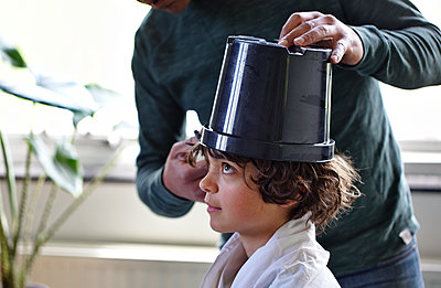 Father giving his son a haircut - p1231m2178657 by Iris Loonen