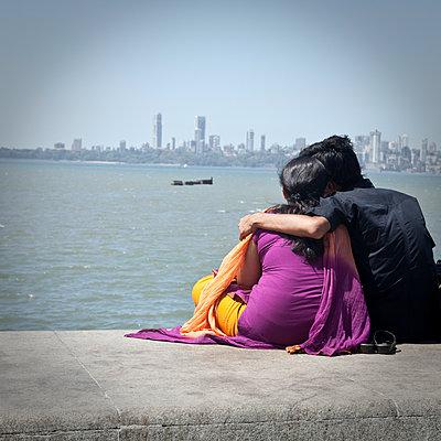 Liebespaar in Mumbai - p1513m2043988 von ESTELLE FENECH