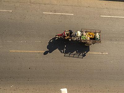 Lieferung auf Moped mit Anhänger - p393m1452285 von Manuel Krug