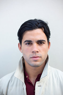 Portrait of young man with black hair - p975m1466275 by Hayden Verry
