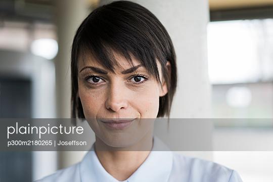 Portrait of serene businesswoman - p300m2180265 by Joseffson