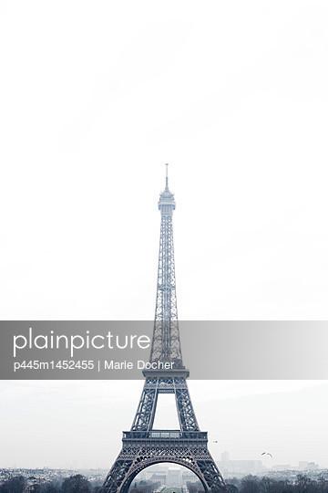 Eiffel Tower im Nebel - p445m1452455 by Marie Docher