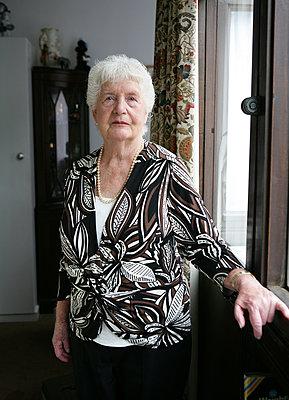 Ältere Frau - p1158m966390 von Patricia Niven