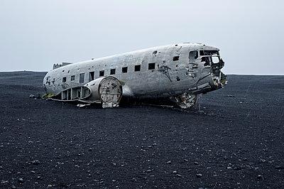 Flugzeugwrack auf Lavasand in Island - p947m1586609 von Cristopher Civitillo