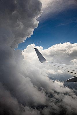 Flugzeug über den Wolken - p1032m1220656 von Fuercho